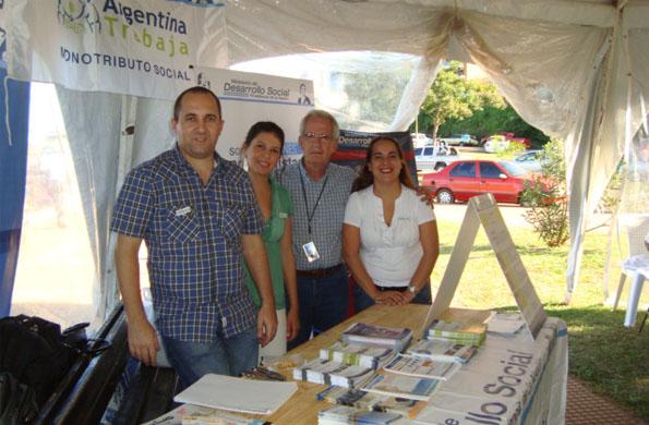 """Emprendedores de la economía social participando de la """"Feria Hecho en Misiones""""."""