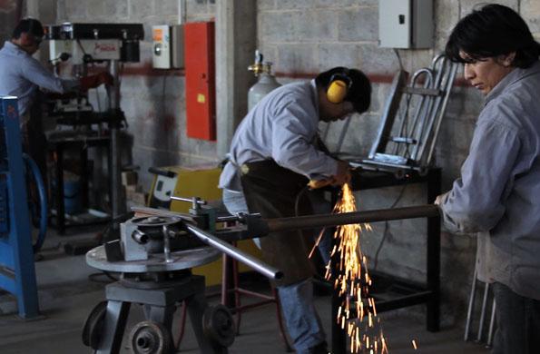Cooperativistas de Metal Noa elaborando los productos para personas con discapacidad.