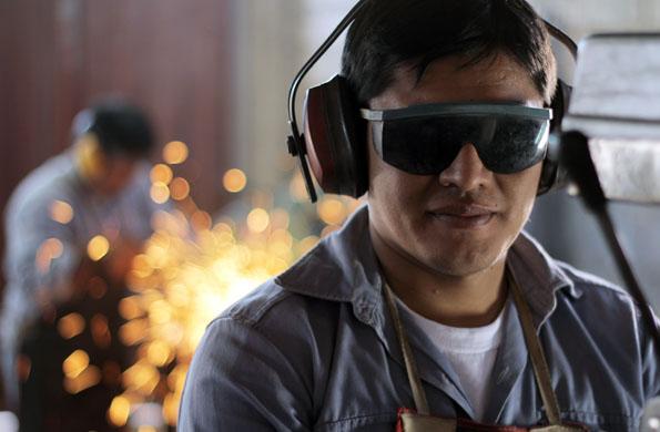 Uno de los emprendedores de la cooperativa de trabajo de Jujuy en la fábrica.
