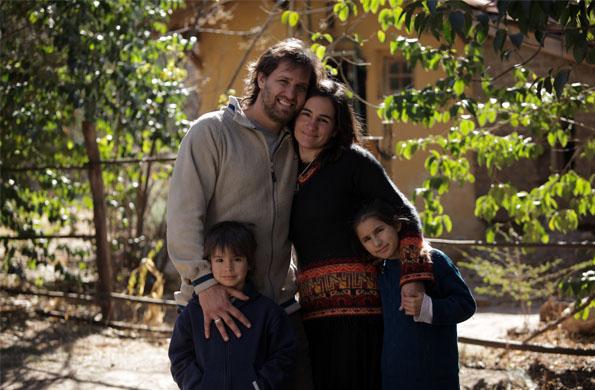 Familia de artesanos de la economía social en la provincia de Córdoba.