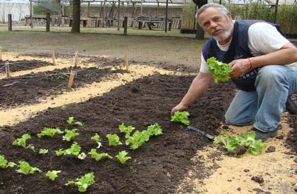 Emprendedor de la economía social cultivando su tierra