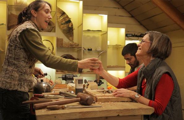 La asociación de artesanos se destaca por la creatividad, solidaridad y organización.