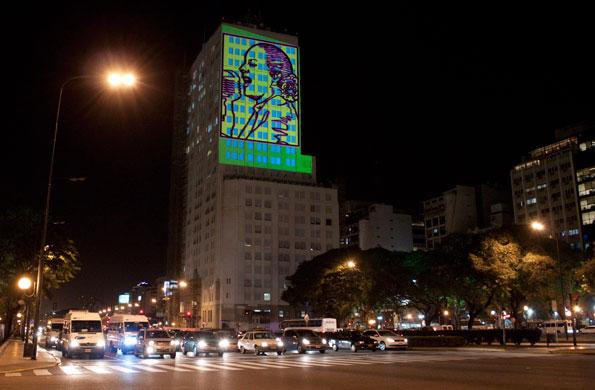 El rostro ilumidado se pudo ver desde la avenida 9 de Julio.