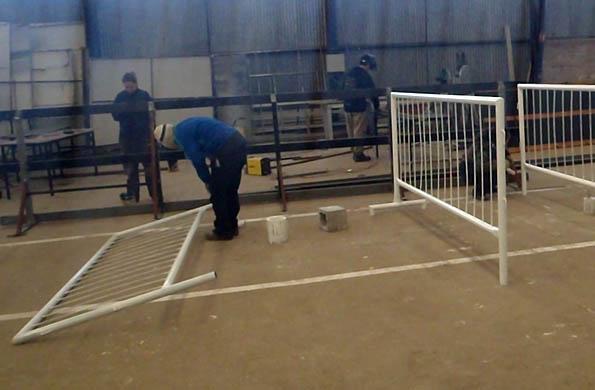 La Cooperativa La Nueva Germinal recicla caños para armar las vallas y reparar postes de luz.