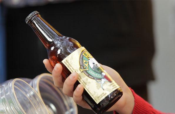Producen cerveza rubia caracterizada por su intenso color y refrescante sabor a lúpulo y cereal.