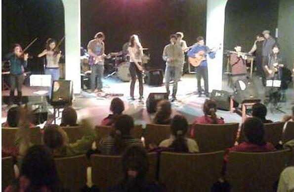 La banda Sinfonía Popular compartió un recital con los niños y niñas de Espartillar.