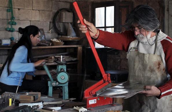 Miembros de la familia realizando el trabajo artesanal.