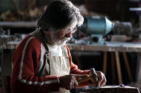 Uno de los artesanos realizando el trabajo en plata.