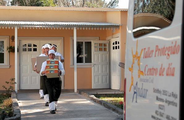 Los trabajadores del emprendimiento de Granja Andar entregando pedidos del catering.