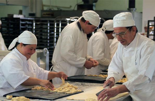 """En la panadería """"Pan de Esperanza"""" trabajan más de 30 personas con discapacidad."""