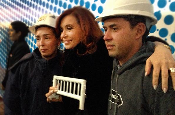 Carla Ayal saludó a la Presidenta en la inauguración de Tecnópolis y le entregó una valla simbólica.