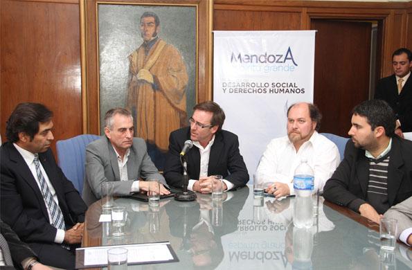 Participaron de la firma del convenio, el ministro Guillermo Elizalde y el director Héctor Camps.