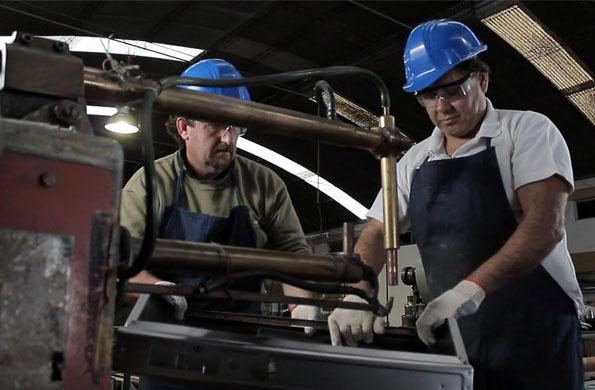 Los trabajadores de la fábrica en la elaboración de los productos de aire y ventilación.