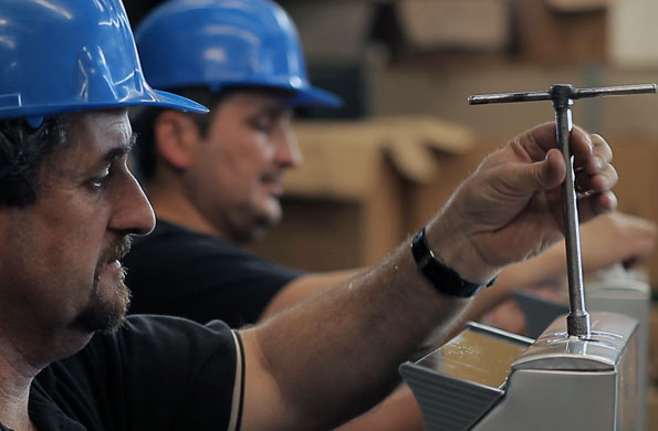"""La cooperativa """"La esperanza"""" fabrica productos de extracción y ventilación de aire en Monte Grande."""