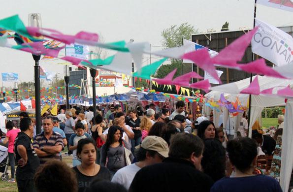 Las familias recorren los 40 puestos de venta que forman parte de cada Feria Permanente.