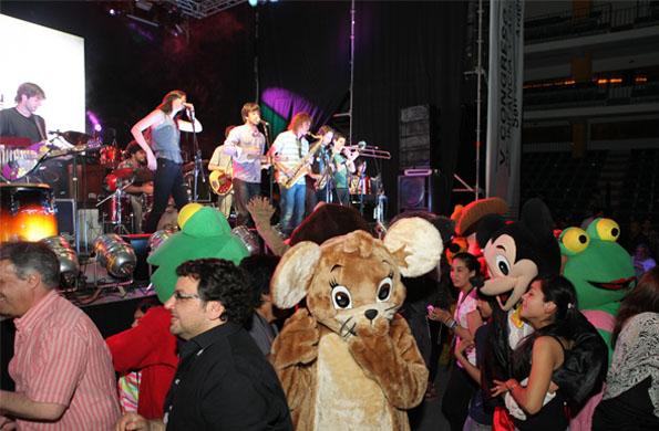 Niños, niñas y adolescentes disfrutaron de la presentación de grupos musicales.