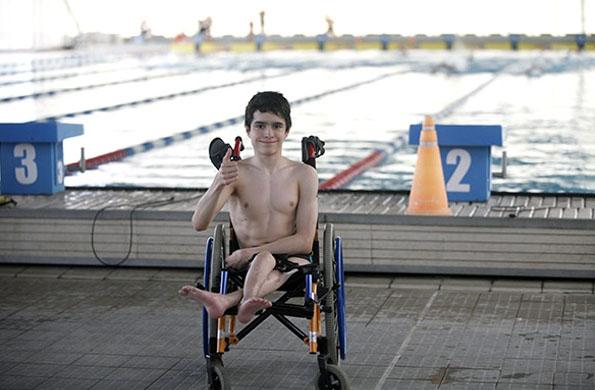 El nadador practica los cuatro estilos de natación: pecho, espalda, mariposa y libre.