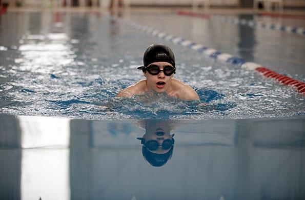 Nicolás comenzó a nadar a los 11 años y entrena cuatro veces por semana.