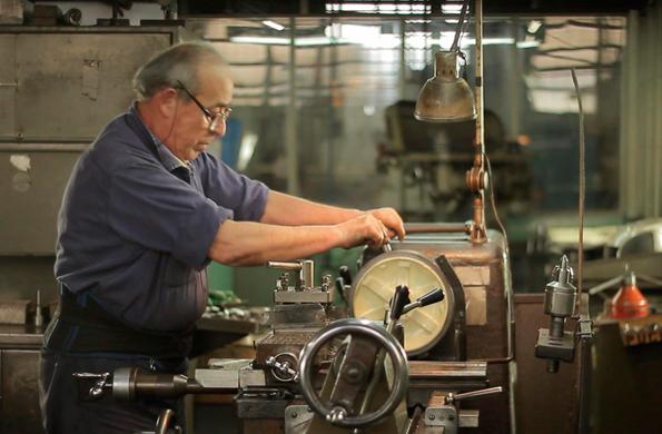 Las piezas llegan en una barra, la cual es cortada, torneada y elaborada en la fabrica.