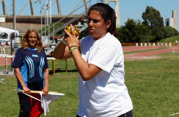Ailén en la competencia de lanzamiento de bala en los Juegos Evita en Mar del Plata.
