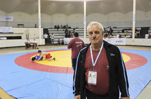 Carlos Vario se dedica a la enseñanza de la lucha libre como deporte olímpico