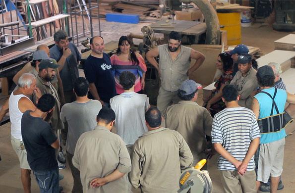 """Reunión de trabajo de los socios de la cooperativa de carpintería """"La Nacional""""."""