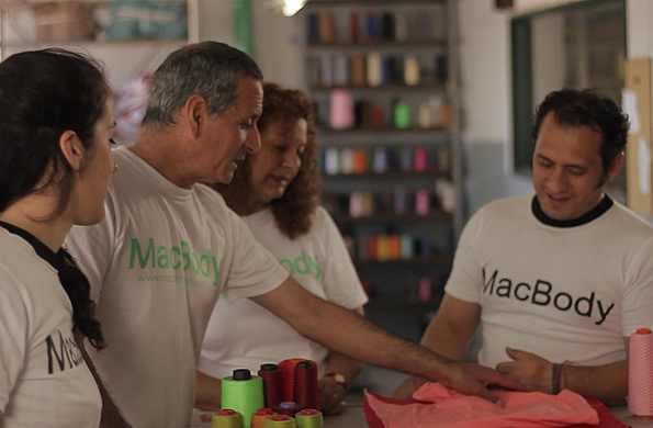 Los integrantes de la cooperativa textil Mac Body se reúnen para coordinar tareas.