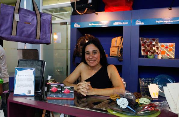 Gabriela Michelena se capacitó para diseñar y hacer la moldería de sus producciones en cuero.