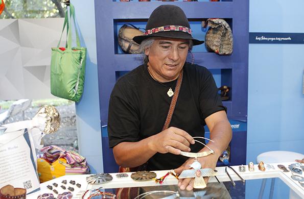 Los productos son creaciones libres y recreaciones de objetos típicos de la cultura originaria.