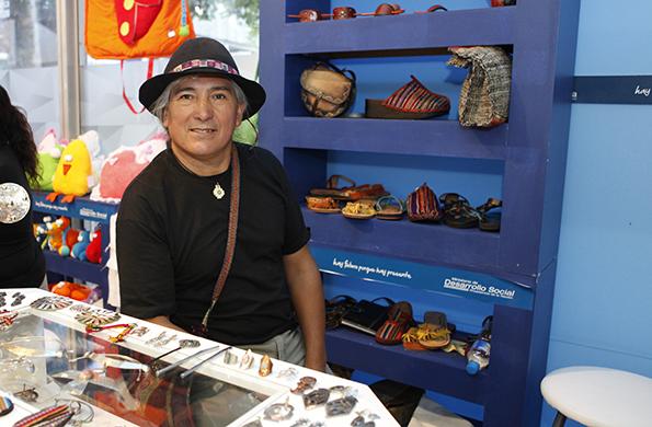 Daniel vendiendo sus productos en su stand ubicado en la Feria Navideña de la TV Pública.