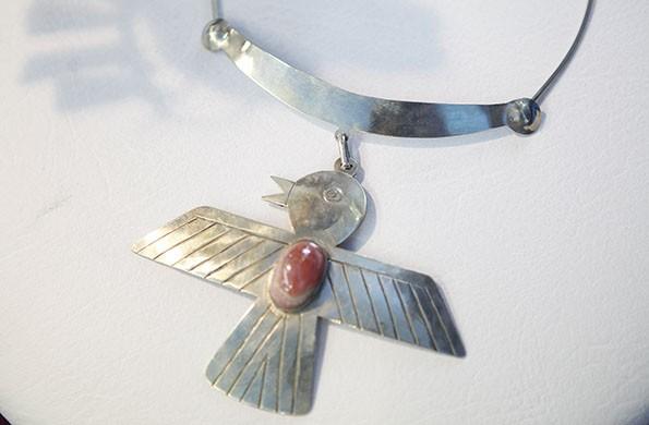 Accesorios elaborados en metal típicos de la cultura precolombina.