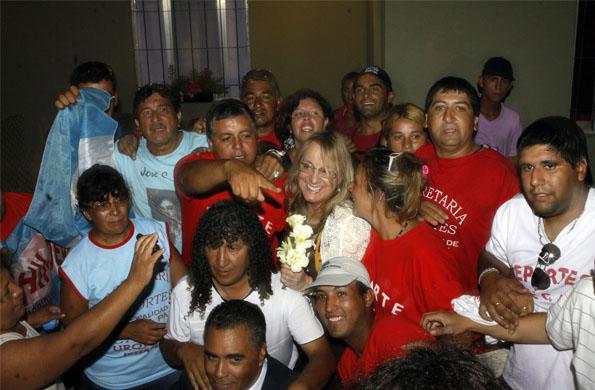 Alicia Kirchner junto a vecinos y vecinas del partido de José C. Paz