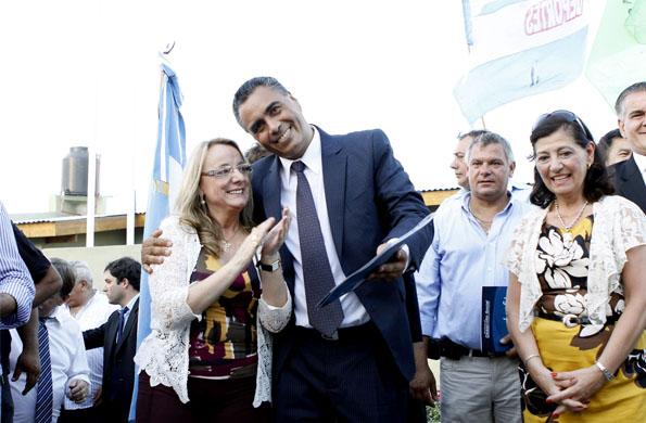 La ministra de Desarrollo Social junto al intendente de José C. Paz, Carlos Urquiaga.