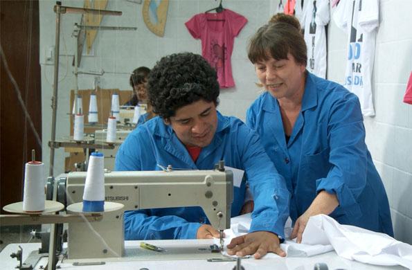 La cooperativa textil tiene una producción mensual de 5 mil guardapolvos.