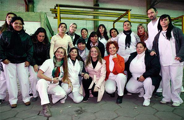 """Alicia Kirchner junto a cooperativistas de """"Ellas Hacen""""."""