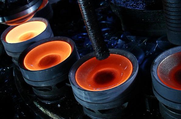 Los platos elaborados por la cooperativa, durante su proceso de fundido.