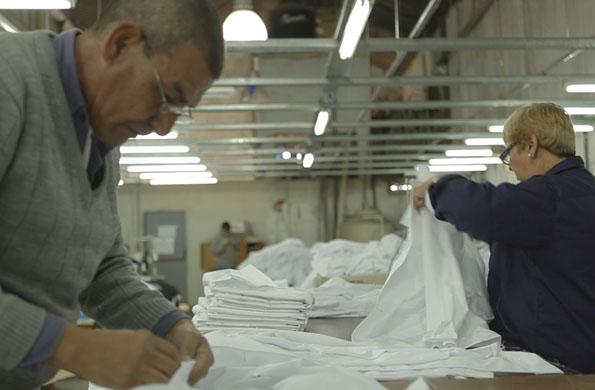La iniciativa elabora más de 2 mil prendas por semana.