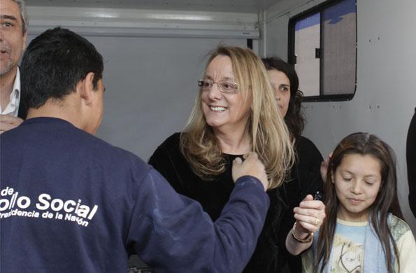 La ministra Alicia Kirchner dentro de uno de los CIC móviles junto a los vecinos de la comunidad.