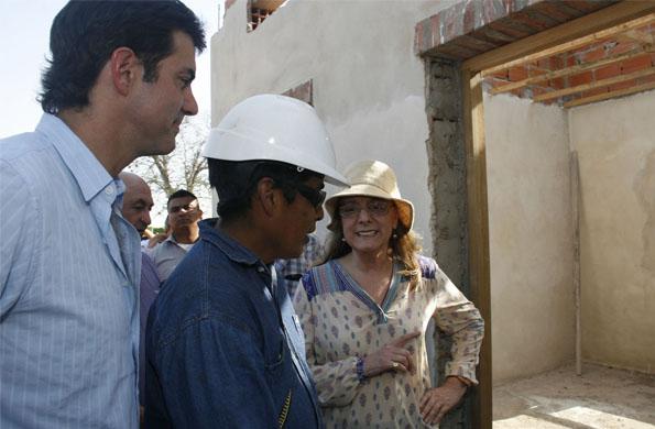 La ministra recorrió las casas que se están construyendo en el paraje San Miguel.