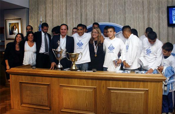 Alicia Kirchner y el secretario de Deporte, Carlos Espínola, felicitaron a los jóvenes deportistas.
