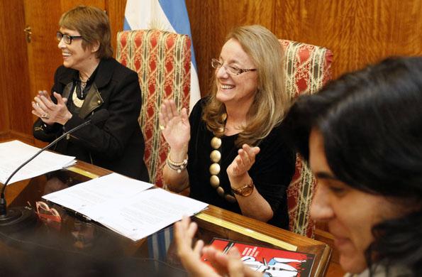 Teresa Parodi junto a Alicia kirchner durante la firma del convenio.