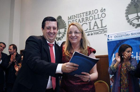 Alicia Kirchner entregó maquinarias e insumos a cooperativas de Guaminí.