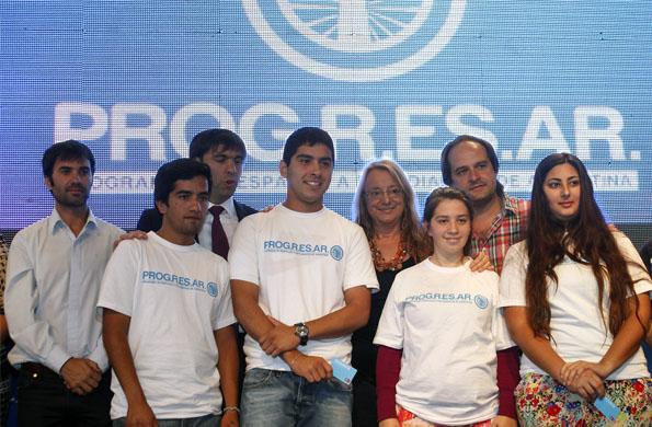La ministra entregó nuevas tarjetas del programa PROGRESAR en Navarro.