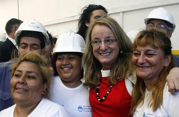 La ministra Alicia Kirchner junto a cooperativistas del Programa Argentina Trabaja.