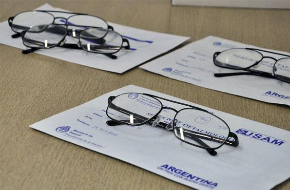 El Ministerio de Salud confecciona y entrega lentes de manera gratuita.