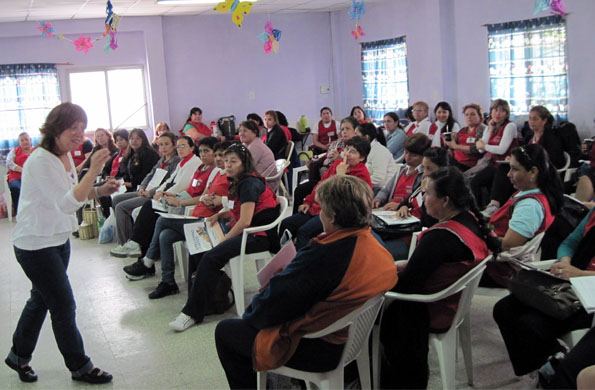 Las docentes de los CDI, atentas en uno de los talleres de la primera jornada de Noviembre.