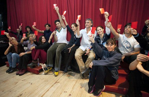 """Los participantes se sumaron a la campaña """"Sacá tarjeta roja al maltratador""""."""