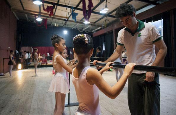 Iñaki Urlezaga junto a las bailarinas en una de las prácticas de danza.