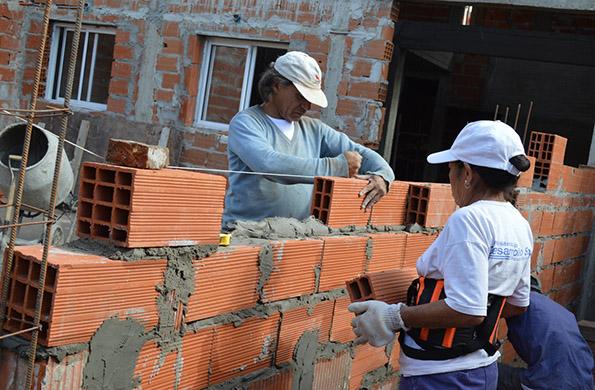Trabajadores del programa Ingreso Social con Trabajo construyen un nuevo espacio para la producción.