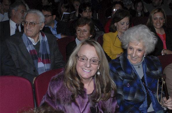 """Alicia Kirchner junto a Estela de Carlotto en la obra """"Que Dios se lo pague""""."""